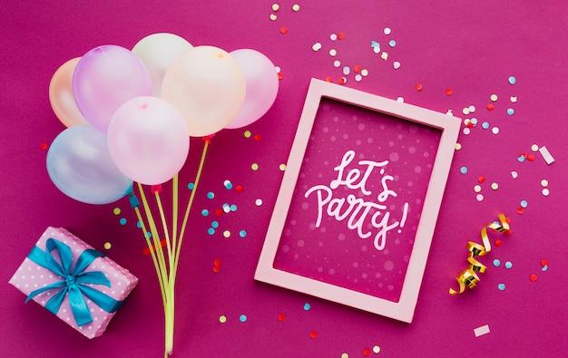 Ballons d'anniversaire colorés avec des confettis