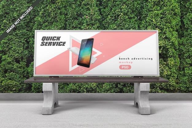 Banc de parc avec maquette de panneau d'affichage
