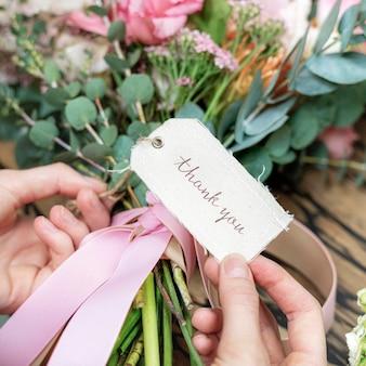 Beau bouquet avec une maquette d'étiquette de remerciement