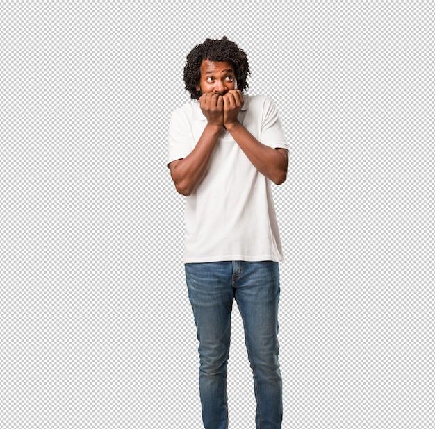 Beau clou afro-américain se ronger les ongles, nerveux et très inquiet et craint pour l'avenir