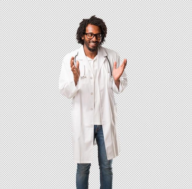 Beau docteur afro-américain rire et s'amuser, être détendu et gai, se sent confiant et réussi