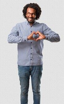 Beau homme afro-américain faisant un coeur avec les mains