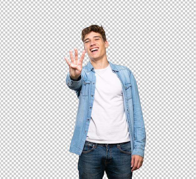Beau jeune homme heureux et comptant quatre avec les doigts