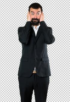 Bel homme d'affaires qui couvre ses oreilles