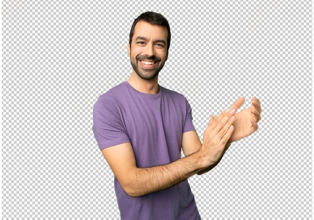 Bel homme applaudissant après la présentation à une conférence