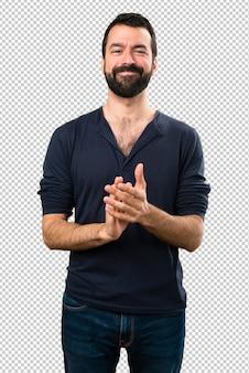 Bel homme à barbe applaudir