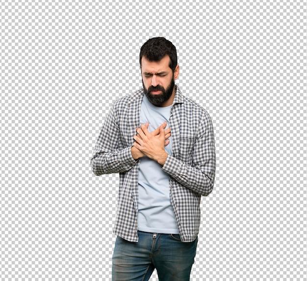 Bel homme à la barbe ayant une douleur au coeur