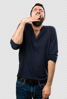 Bel homme avec barbe bâillement