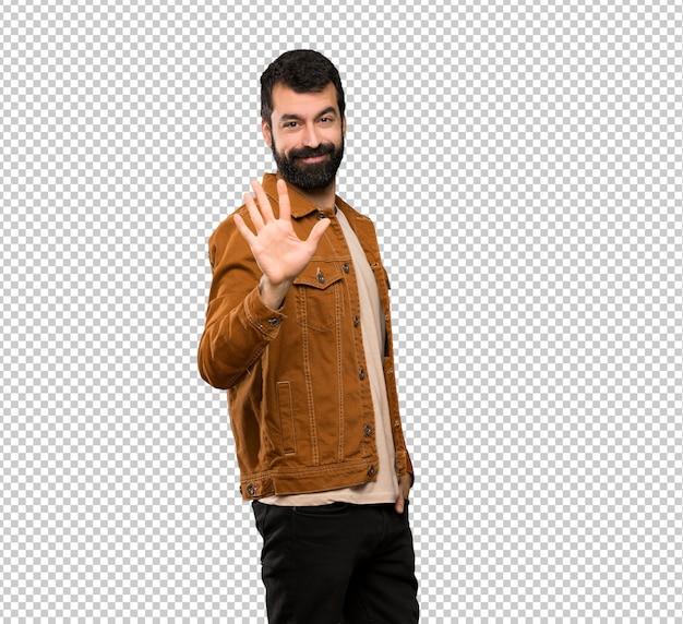 Bel homme à la barbe comptant cinq avec les doigts