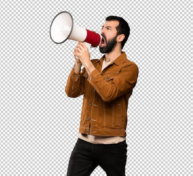 Bel homme à la barbe criant à travers un mégaphone
