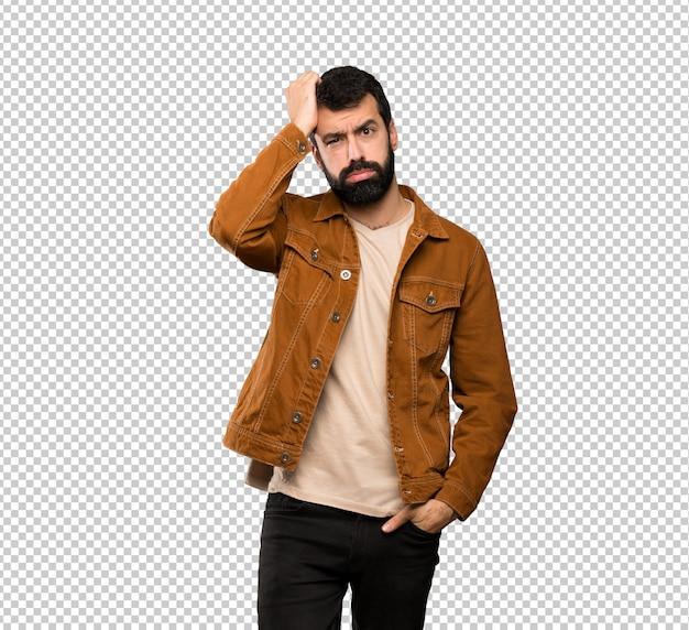 Bel homme à la barbe avec une expression de frustration et de non compréhension