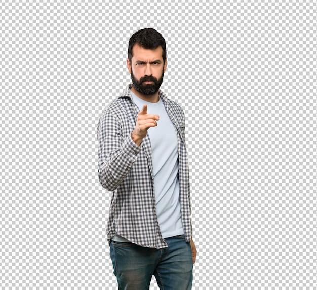 Bel homme à la barbe frustré et pointant vers l'avant