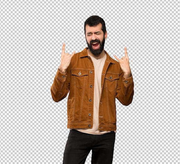 Bel homme à la barbe en geste de rock