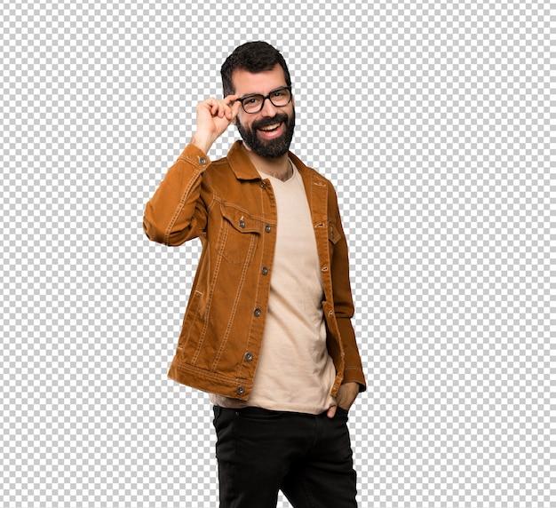 Bel homme à la barbe avec des lunettes et souriant