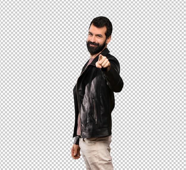 Bel homme avec barbe pointe le doigt vers vous avec une expression confiante