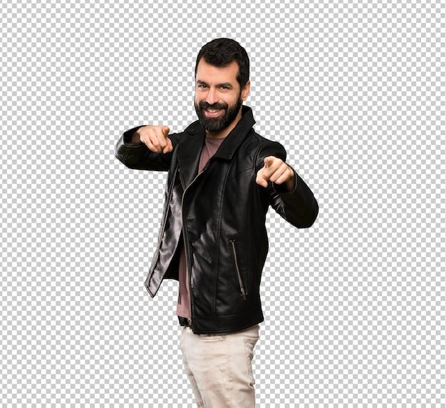 Bel homme avec une barbe pointe le doigt sur vous en souriant