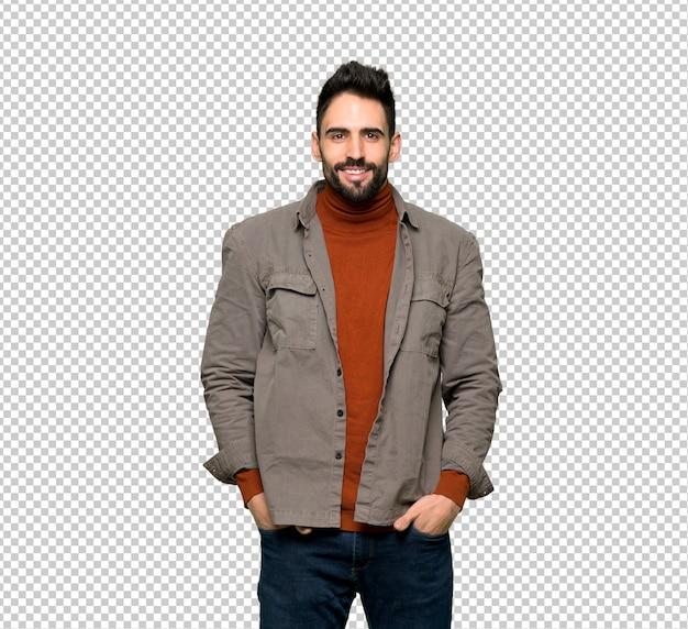 Bel homme à la barbe posant et riant regardant à l'avant