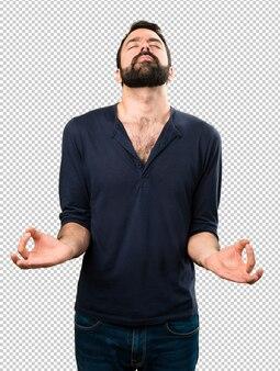 Bel homme à la barbe en position zen