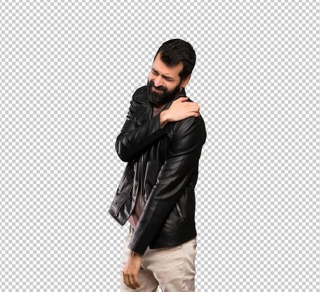 Bel homme à la barbe souffrant de douleur à l'épaule pour avoir fait un effort