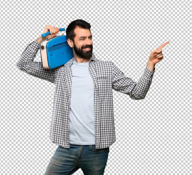 Bel homme à la barbe tenant une radio