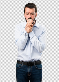 Bel homme avec barbe tousse beaucoup