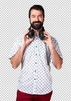 Bel homme brune avec de la musique écoute barbe