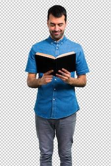 Bel homme avec une chemise bleue, lisant un livre
