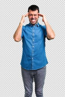 Bel homme avec une chemise bleue malheureux et frustré par quelque chose. expression faciale négative