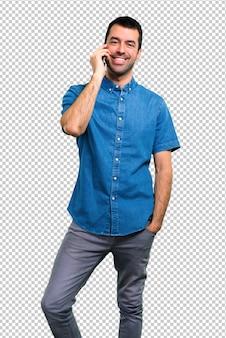 Bel homme avec une chemise bleue parle au mobile