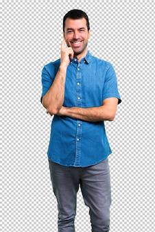 Bel homme avec une chemise bleue en riant