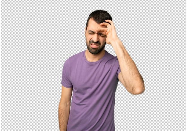 Bel homme avec une expression fatiguée et malade