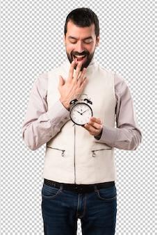Bel homme avec gilet horloge
