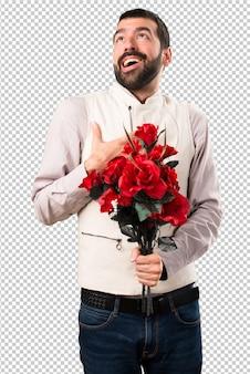 Bel homme avec gilet tenant des fleurs