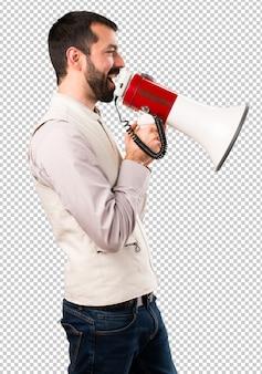 Bel homme avec gilet tenant un mégaphone