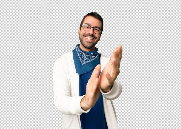 Bel homme avec des lunettes applaudissant après la présentation à une conférence