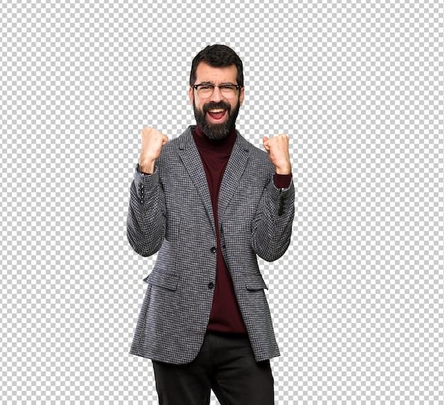 Bel homme à lunettes célébrant une victoire en position de gagnant