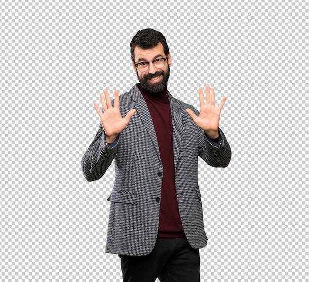 Bel homme avec des lunettes comptant dix avec les doigts