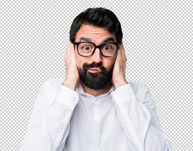 Bel homme avec des lunettes couvrant ses oreilles