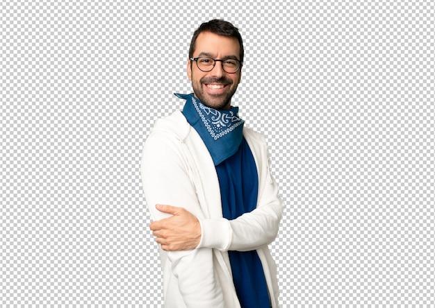 Bel homme avec des lunettes avec une expression heureuse