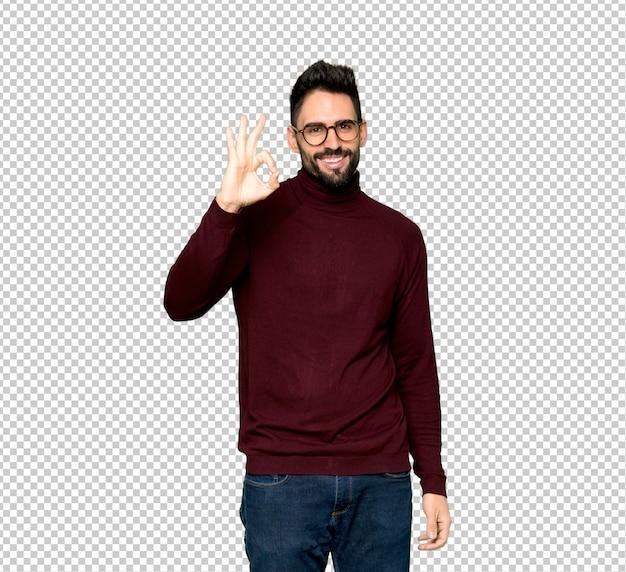 Bel homme avec des lunettes montrant un signe ok avec les doigts