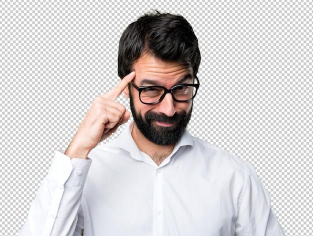 Bel homme avec des lunettes pensant