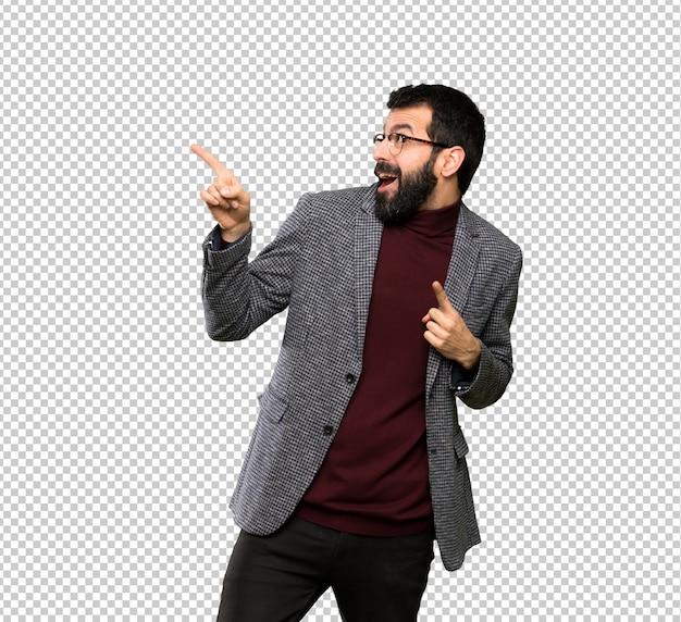 Bel homme avec des lunettes pointant loin