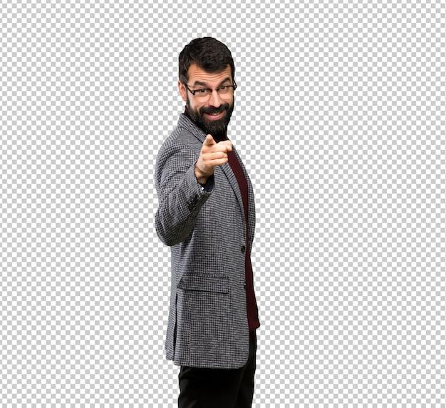 Bel homme avec des lunettes pointe le doigt vers vous avec une expression confiante