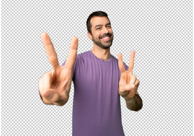 Bel homme souriant et montrant le signe de la victoire à deux mains