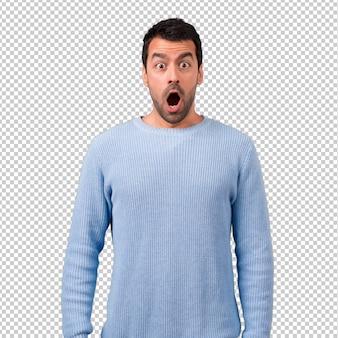 Bel homme avec surprise et expression faciale choquée