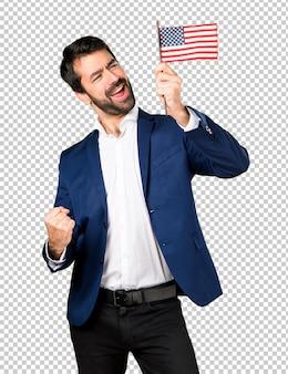 Bel homme tenant un drapeau américain