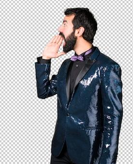 Bel homme avec une veste à paillettes en criant