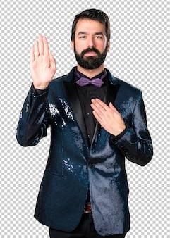 Bel homme avec une veste à paillettes prêtant serment