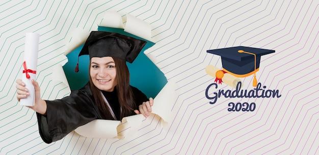 Belle étudiante détenant un diplôme