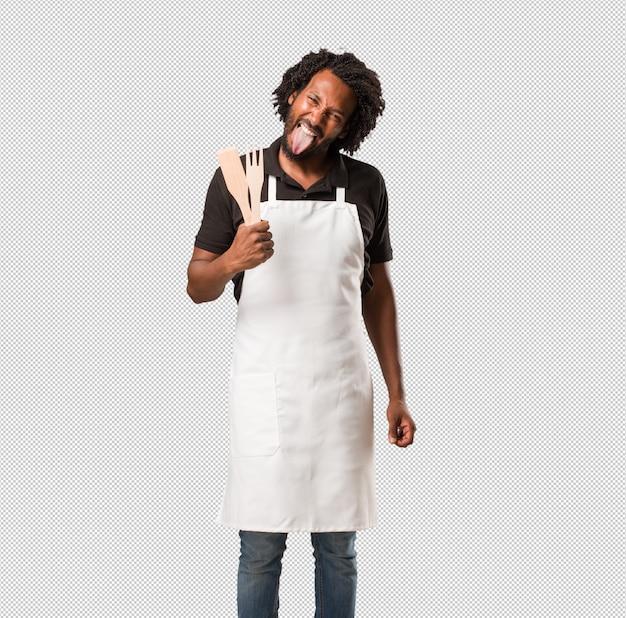 Belle expression de confiance et d'émotion chez le boulanger afro-américain
